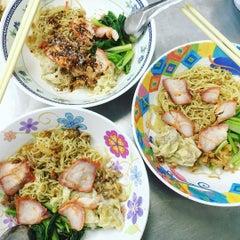 Photo taken at บะหมี่ แสบ X2 (Noodle+Khamoo Restaurant) by Joan S. on 10/6/2015