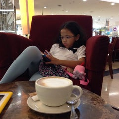 Photo taken at The Coffee Bean & Tea Leaf by Budi R. on 1/6/2015