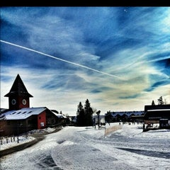 Photo taken at Mount Snow Main Base Lodge by Man_Used👽👾👽 on 11/27/2012
