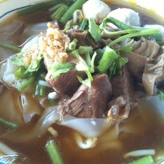 Photo taken at หมูตุ๋น เนื้อตุ๋น ยาจีน by Muay M. on 11/11/2012