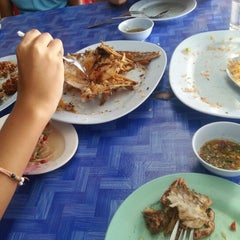 Photo taken at เจ๊อึ่งซีฟู๊ด (ป่าคั่น) Jae Aung Seafood by PraeWiiz L. on 12/23/2012