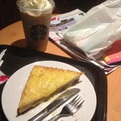 Photo taken at Starbucks (สตาร์บัคส์) by Vorasak T. on 11/18/2012