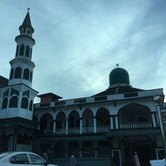 Photo taken at Masjid Tok Guru Pulau Melaka by Zaridi on 4/10/2015