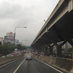 Photo taken at แยกสุทธิสาร (Sutthisan Intersection) by YoNgYeE on 9/12/2013