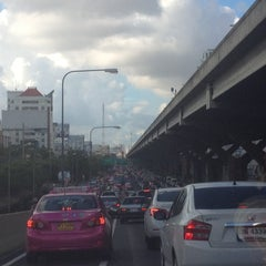 Photo taken at แยกสุทธิสาร (Sutthisan Intersection) by YoNgYeE on 4/30/2013