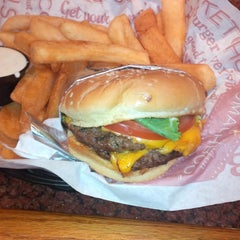Photo taken at Red Robin Gourmet Burgers by Stephen H. on 7/16/2013