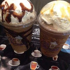 Photo taken at The Coffee Bean & Tea Leaf by Vivi A. on 8/3/2014