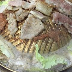 Photo taken at หมูกระทะ ช้างเผือก (Chang Phuek BBQ) by Aon i. on 10/19/2015