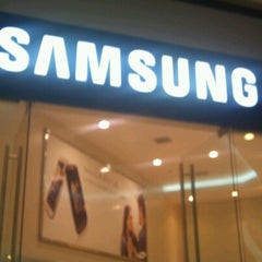 Photo taken at Samsung Galaxy Store by Fernando N. on 2/11/2013