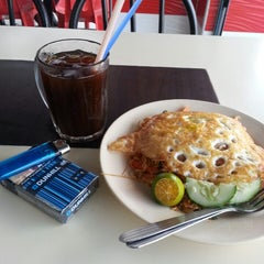Photo taken at Restoran Malauwi by Amin A. on 9/12/2013