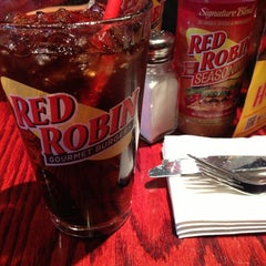 Photo taken at Red Robin Gourmet Burgers by Pocholo D. on 12/15/2012