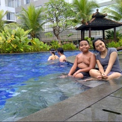 Photo taken at Swimming Pool Mercure by Desy D. on 7/7/2013