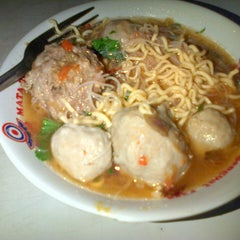 Photo taken at Mie Ayam & Bakso Sempurna Wonogiri by Lisa N. on 12/18/2012