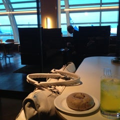 Photo taken at エアポートラウンジ - 羽田空港 第1旅客ターミナル 南 by Masaru.O m. on 10/28/2012
