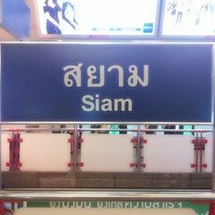 Photo taken at BTS สยาม (Siam) CEN by ✨Mєsα ڪøsø 💋 on 3/4/2013