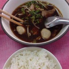Photo taken at ก๋วยเตี๋ยวเนื้อวัว วัดดงมูลเหล็ก (Wat Dong Moon Lek Noodle) by Maze R. on 7/5/2015