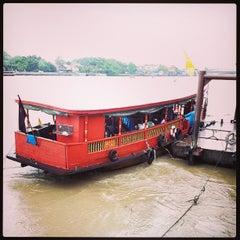 Photo taken at แว่นฟ้าราชวงษ์ (Wan Fah Restaurant) by Den H. on 9/20/2013