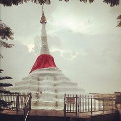 Photo taken at วัดปรมัยยิกาวาสวรวิหาร (Wat Poramaiyikawas Worawihan) by Korakan Y. on 11/24/2012