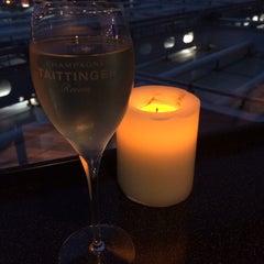 Photo taken at ワールド・ワインバー by ピーロート(World Wine Bar by Pieroth) 羽田空港店 by YOSHIHISA N. on 5/26/2014