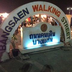Photo taken at Bangsaen Walking Street (ถนนคนเดินบางแสน) by PackkunG's A. on 1/19/2013