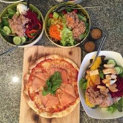 Photo taken at Fresh Boxx Salad Café (เฟรชบ็อกซ์ สลัดคาเฟ่) by Bibiz C. on 6/6/2015
