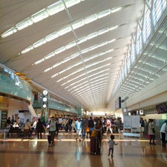 Photo taken at 羽田空港 第2旅客ターミナル (HND/RJTT Terminal 2) by okamon on 5/4/2013