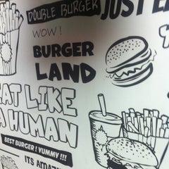 Foto tomada en Burger Land por Hani M. el 6/4/2013