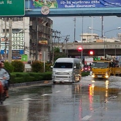 Photo taken at ถนนพระรามที่ ๕ (Rama V Road) by Srisajja N. on 10/25/2011