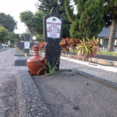 Photo taken at Taman Makam Pahlawan Kusuma Negara by Anggi A. on 6/27/2013