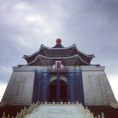 Photo taken at 中正紀念堂 Chiang Kai-Shek Memorial Hall by E L L E L O O F .. on 11/4/2012
