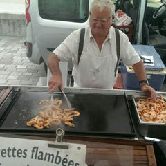 Photo taken at Marché des Chartrons by Nikola R. on 8/23/2015