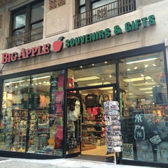 Photo taken at Big Apple Souvenirs & Gifts by Andrea M. on 9/2/2015