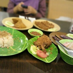 Photo taken at Ayam dan Ikan Goreng Cianjur by Adhari H. on 11/12/2012