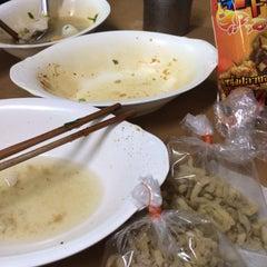 Photo taken at แซว ก๋วยเตี๋ยวหมู (Saew Noodle Shop) by Malli M. on 10/4/2015