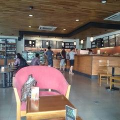 Photo taken at Starbucks by 杨翼 on 11/2/2014