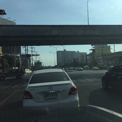 Photo taken at แยกศรีอุดม (Si Udom Intersection) by NUI 19 on 12/24/2015