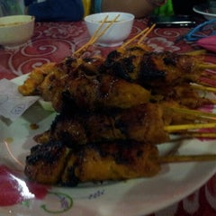 Photo taken at Satay Hut by Hanis L. on 4/30/2013