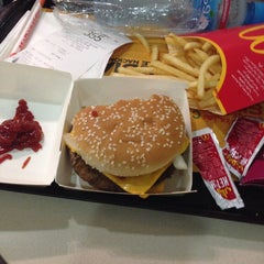 Photo taken at McDonald's - ماكدونالدز by Reden B. on 12/13/2014