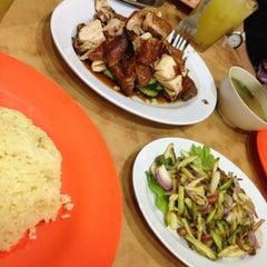 Photo taken at Nasi Ayam Hainan Chee Meng by Khairunnisa I. on 3/14/2013