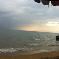 Photo taken at หาดจอมเทียน (Jomtien Beach) by PU®IKU™ on 10/23/2012