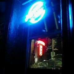 Photo taken at Uno Pizzeria & Grill - Chicago by Runell G. on 3/20/2012