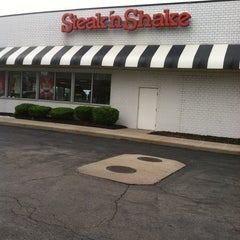 Photo taken at Steak 'n Shake by Danielle on 5/28/2013