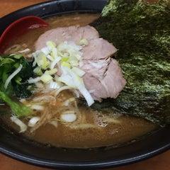 Photo taken at 横浜ラーメン武蔵家 幡ヶ谷店 by Tatsu K. on 8/2/2015