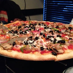 Photo taken at Dom's N.Y. Style Pizzeria by Aaron H. on 4/25/2014
