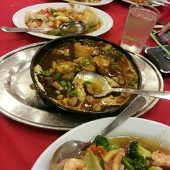 Photo taken at Downtown KLIA Seafood Restaurant (Chinese Seafoods Muslim Cuisine) by Aiza T. on 10/19/2015