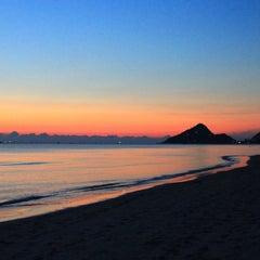 Photo taken at ชายหาดหัวหิน (Hua Hin Beach) by Diana Z. on 12/9/2012
