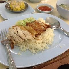 Photo taken at ข้าวมันไก่รุ่งแสง by Nathakorn S. on 12/26/2014