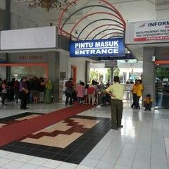 Photo taken at Stasiun Surabaya Gubeng by Fresh M. on 2/12/2013