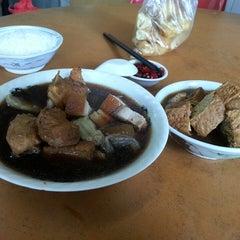 Photo taken at Restoran Hwa Mei 美华肉骨茶 by Adrian T. on 4/19/2013