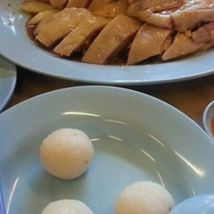 Photo taken at Famosa Chicken Rice Ball (古城鸡饭粒) by ShuXin O. on 1/19/2013